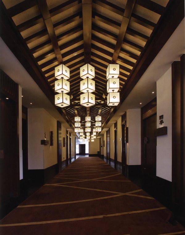 中式风格酒店装修中的酒店走廊设计效果